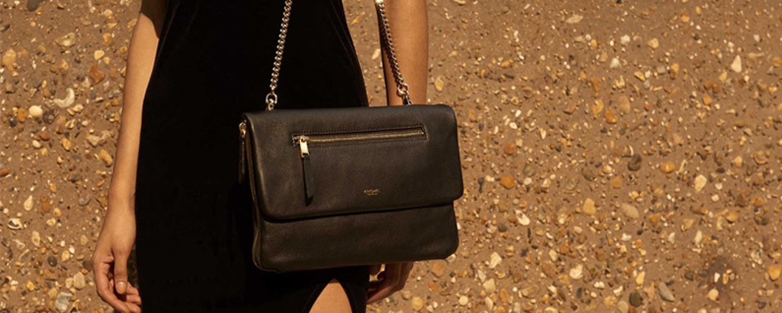 Review: This Fashionable Clutch Doubles as an iPad Bag and Portable Charger